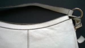 Górna część torebki skórzanej przed renowacją